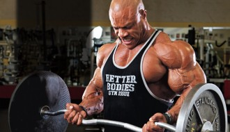 Phil Heath haciendo curl de bíceps con barra EZ